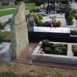 Monument avec jardinière séparée