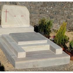 Monument avec petite tombale