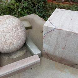 Bloc de pierre taillé en boule