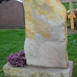 Stèle rocher sur socle